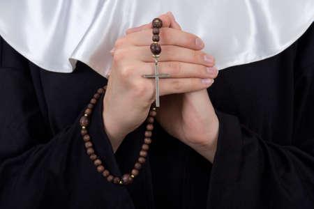 close-up van de rozenkrans in de vrouwelijke non handen