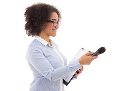 흰색 배경에 고립 된 인터뷰를 취하는 마이크와 아프리카 계 미국인 여성 기자