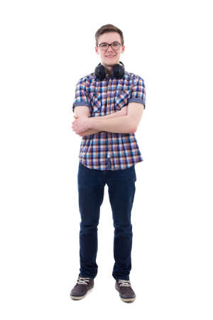 niño parado: adolescente guapo con auriculares aisladas sobre fondo blanco