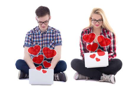 online dating concept - jonge man en vrouw zitten met laptops en het verzenden van liefde berichten op een witte achtergrond
