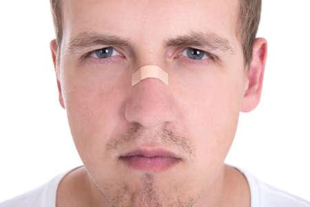 nariz: cerca retrato de hombre joven con cinta adhesiva sobre su nariz