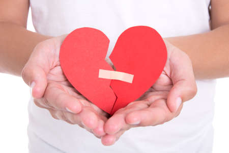 divorce: concepto de divorcio - hombre joven sosteniendo el corazón roto con yeso