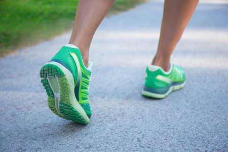 zapato: cerca de la mujer para correr en zapatillas de deporte verdes
