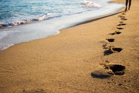 huellas: close up de huellas femeninas en la playa