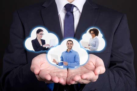 INTERNATIONAL BUSINESS: negocio internacional y el concepto de Internet - nubes con la gente de negocios en manos de los hombres