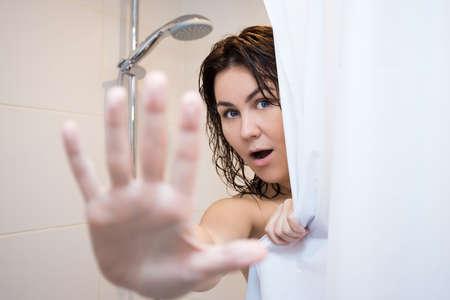 jeune femme nue: belle jeune femme se cachant derrière le rideau de douche Banque d'images