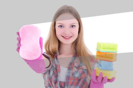 limpieza  del hogar: joven y atractiva mujer de limpieza de vidrio con una esponja de color rosa Foto de archivo