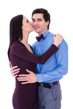 pareja besandose: concepto de la felicidad - mujer joven feliz que besa a su marido aislado en el fondo blanco