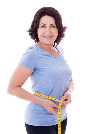 Schöne schlanke sportliche reife Frau mit Maßband isoliert auf weißem Hintergrund