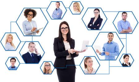 ソーシャル メディアと国際ビジネス コンセプト - 白い背景に分離された社会ネットワークのラップトップで若いビジネス女性