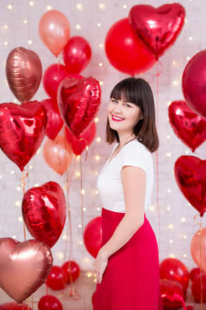 valentine's day concept - laughing beautiful woman posing with red heart-shaped balloons Banque d'images - 123119254