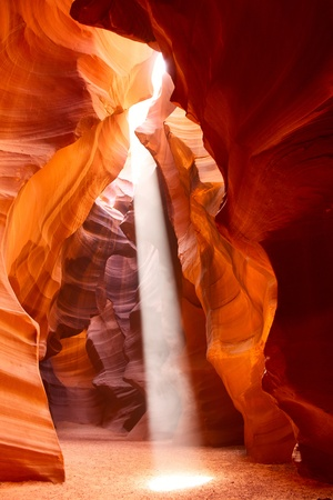 grotte: Sunbeam dans Upper Antelope Canyon, Arizona, Etats-Unis