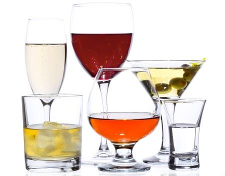 Populaire drankjes op wit wordt geïsoleerd: champagne, rode wijn, martini, whisky, cognac en wodka Stockfoto