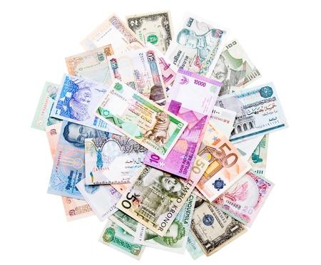 valuta: Bankjegyek különböző országokból származó, elszigetelt fehér háttér