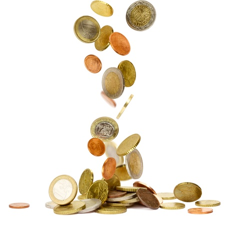 地面に落ちるユーロ硬貨のヒープ