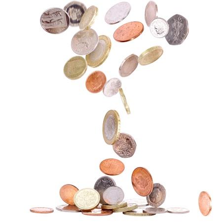 Tas de pièces de monnaie britanniques tomber au sol