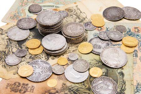 monedas antiguas: Una colección de monedas de oro de dinero ruso y la plata y los billetes de cerca (18-19 siglo) Foto de archivo