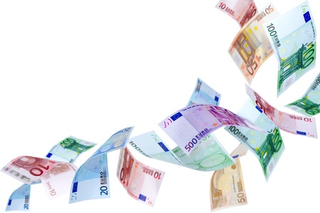 Dalende Euro bankbiljetten op een witte achtergrond