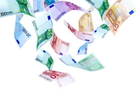 dinero euros: La ca�da de los billetes en euros en un fondo blanco Foto de archivo
