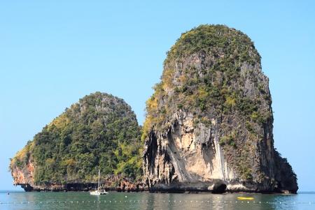 onbewoond: Onbewoonde rots eiland in Krabi, Thailand