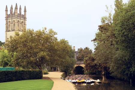 oxford: Punts near Magdalen Bridge and College. Oxford. England