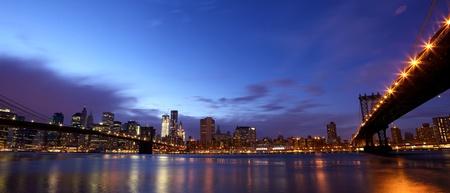 동쪽 강 맨해튼과 브루클린 다리와 뉴욕시 맨해튼의 스카이 라인 파노라마