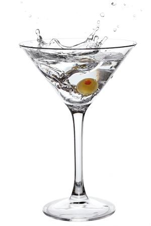 copa de martini: C�ctel con splash de oliva aislado en blanco