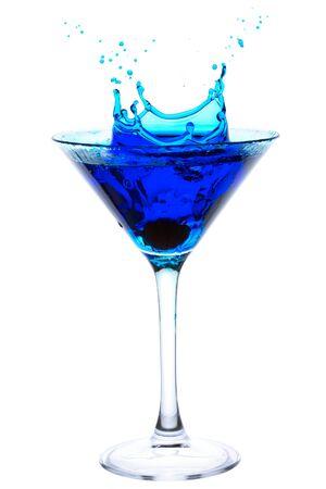 copa de martini: C�ctel azul con salpicaduras de cereza aisladas en blanco Foto de archivo