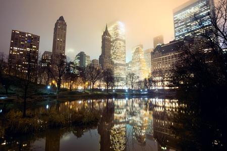 霧でセントラルパークとニューヨーク市のスカイライン 写真素材