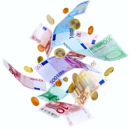 dinero euros: La ca�da de los billetes y monedas de euro aislados en blanco