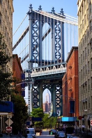 nowy: Manhattan Bridge i Empire State Building widziany z Brooklynu w Nowym Jorku Zdjęcie Seryjne