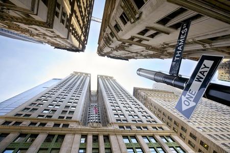 マンハッタン、ニューヨークのブロードウェイ s 高層ビルを見上げてください。