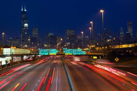 Chicago städtischen Wolkenkratzer mit dem Verkehr in der Dämmerung, IL, USA Standard-Bild - 17969555