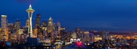 Seattle Skyline Panorama mit Space Needle in der Dämmerung, WA, USA