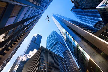 イリノイ州、アメリカ金融街、シカゴの摩天楼を見上げてください。 写真素材