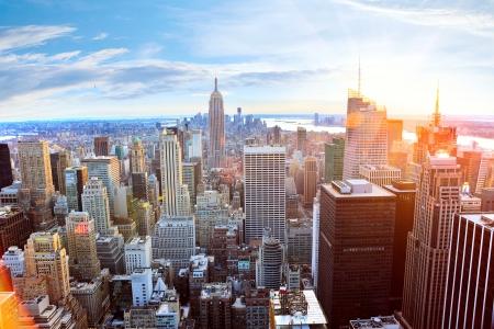 neu: Luftaufnahme von Manhattan Skyline bei Sonnenuntergang, New York City