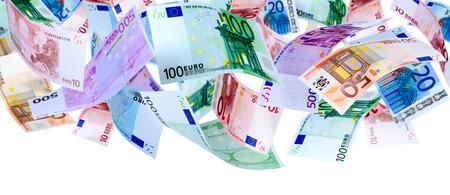 Panoramisch beeld van dalende Euro bankbiljetten geïsoleerd op wit