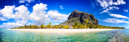 White sand beach and Le Morne Brabant mountain, Mauritius Banque d'images