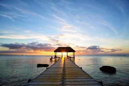 mauritius: Jetty silhouet tegen de prachtige zonsondergang in Mauritius