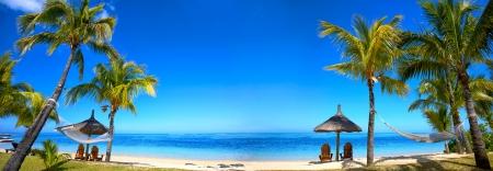 モーリシャスのビーチ パラソルと椅子に座ってのパノラマ ビュー