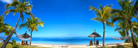 Vista panorámica de la playa de Isla Mauricio con sillas y sombrillas Foto de archivo
