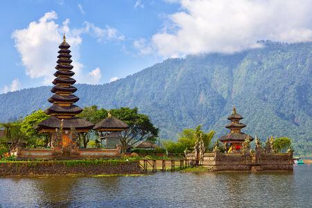 bratan: Pura Ulun Danu on lake Bratan, Bali, Indonesia