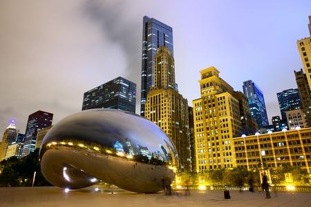 Chicago, Illinois, USA - 15 september 2014: Chicago Cloud Gate beeldhouwkunst en het centrum van Chicago skyline van gebouwen in het Millennium Park in de nacht