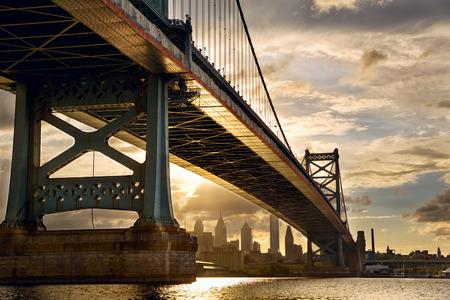 Ben Franklin Bridge above Philadelphia skyline at sunset, US Foto de archivo