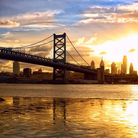 필라델피아: Philadelphia skyline and Ben Franklin Bridge at sunset, US