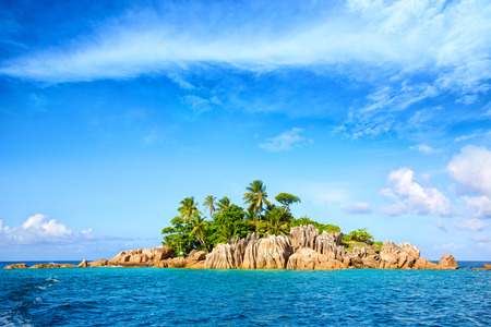 granit: Tropical St. Pierre Island with palms and granite rocks, Seychelles