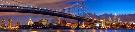 フィラデルヒィアのスカイラインのパノラマとベン フランクリン橋夕暮れ、米国 写真素材