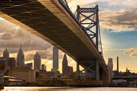 ben franklin: Philadelphia skyline and Ben Franklin Bridge at sunset, US
