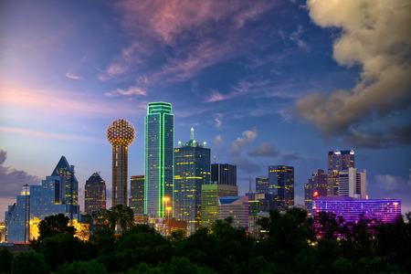 Dallas City skyline in de schemering, Texas, USA