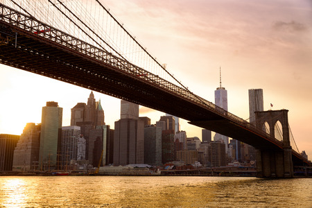 Manhattan skyline with Brooklyn Bridge at sunset, New York City Banque d'images